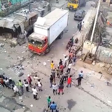 Customs And Army Officers Allegedly Break Into Shops In Yaba Market