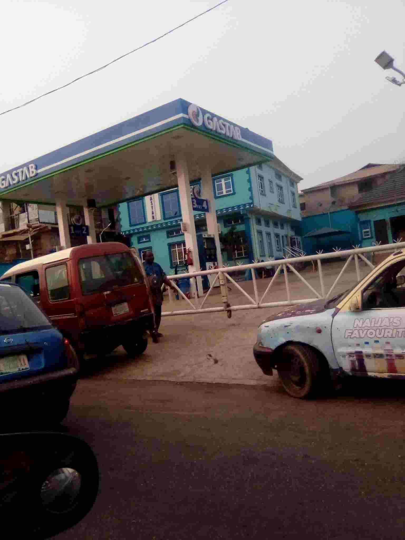 Commuters stranded as queue return to Ibadan Petroleum Stations (See Photos)